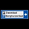 Verwijsbord KOKER Blauw/wit/zwart - pijl rechts, 2 regelig met 2 pictogrammen - Klasse 3 reflecterend