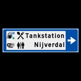 Verwijsbord KOKER Blauw/wit/zwart - pijl rechts, 2 regelig met 4 pictogrammen - Klasse 3 reflecterend
