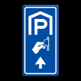 Aluminium informatiebord met een dubbel omgezette rand - Aluminium informatiebord met een dubbel omgezette rand met print van tekst / pictogrammen in reflectieklasse 3 (incl. anti-graffiti laminaat). Reflecterende opdruk: Basis: Blauw (Rand: RAL 5017 - blauw) Picto boven: Pictogram: Parkeren overdekt Picto midden: Pictogram: Betaald parkeren Picto onder: Pictogram: Pijl rechtdoor.