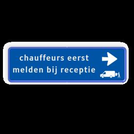 Aluminium informatiebord met een dubbel omgezette rand - Aluminium informatiebord met een dubbel omgezette rand met print van tekst / pictogrammen in reflectieklasse 3 (incl. anti-graffiti laminaat). Reflecterende opdruk: Basis: Blauw wit (Rand: RAL 5017 - blauw) Routepijlen: Pictogram: Pijl rechts Pictogram: Pictogram: Transporterbusje laden / lossen Tekstvlak: chauffeurs eerst melden bij receptie.
