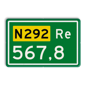 Aluminium hectometerbord met een dubbel omgezette rand - Aluminium hectometerbord met een dubbel omgezette rand met print van tekst / pictogrammen in reflectieklasse 3 (incl. anti-graffiti laminaat). Reflecterende opdruk: Basis: N-3 nummers (Rand: RAL 6024 - groen) Tekstvlak: N292 Tekstvlak: Re Tekstvlak: 567,8.