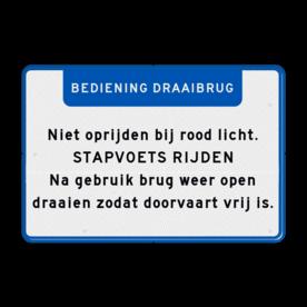 Aluminium informatiebord met een dubbel omgezette rand - Aluminium informatiebord met een dubbel omgezette rand met print van tekst / pictogrammen in reflectieklasse 3 (incl. anti-graffiti laminaat). Reflecterende opdruk: Basis: Wit / blauwe rand (Rand: RAL 5017 - blauw) Banner: Pictogram: EIGEN TEKST: BEDIENING DRAAIBRUG Tekstvlak: Niet oprijden bij rood licht. STAPVOETS RIJDEN Na gebruik brug weer open draaien zodat doorvaart vrij is..