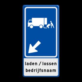 Aluminium informatiebord met een dubbel omgezette rand - Aluminium informatiebord met een dubbel omgezette rand met print van tekst / pictogrammen in reflectieklasse 3 (incl. anti-graffiti laminaat). Reflecterende opdruk: Basis: Blauw (Rand: RAL 5017 - blauw) Picto boven: Pictogram: Laden/lossen vrachtwagens Picto midden: Pictogram: Pijl links onder Tekstvlak: laden / lossen bedrijfsnaam.