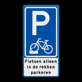 Aluminium informatiebord met een dubbel omgezette rand - Aluminium informatiebord met een dubbel omgezette rand met print van tekst / pictogrammen in reflectieklasse 3 (incl. anti-graffiti laminaat). Reflecterende opdruk: Basis: Wit / blauwe rand (Rand: RAL 5017 - blauw) Verkeerstekens E serie: Pictogram: E08 - fiets parkeren in de rekken Tekstvlak: Fietsen alleen in de rekken parkeren.
