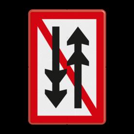 Scheepvaartbord Ontmoeten en voorbijlopen samenstellen onderling verboden. Te gebruiken voor een versmalling van de vaarwater waar geen gelijktijdige doorvaart uit twee richtingen mogelijk is van samenstellen langer dan 110m of breder dan 12m. Het is aan te bevelen het teken te plaatsen bij een aan beide zijden openstaande sluis of brug, die is voorzien van de seingeving 2 x 2 groene lichten, wat wil zeggen dat het kunstwerk niet bediend wordt. Scheepvaartbord BPR A. 4.1 - Ontmoeten en voorbijlopen samenstellen onderling verboden A. 4.1 A41, water, BPR, Ontmoeten en voorbijlopen verboden, verbodstekens, verbodsborden, waterweg, waterwegen, scheepvaarttekens, verkeerstekens, BPR