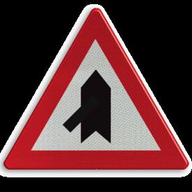 Verkeersbord B15b: Voorrang. De horizontale streep van het symbool mag worden gewijzigd om duidelijker plaatsgesteldheid weer te geven. Verkeersbord België B15b - Voorrang verlenen. B15b B07, Kruising, B6