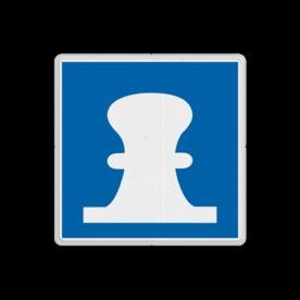 Scheepvaartbord Toestemming af te meren. De toestemming aan de oever of het remmingwerk af te meren, en niet te ankeren, geldt aan de zijde van de vaarweg waar het bord is geplaatst voor alle categorieën schepen. Wanneer kegelschepen van de ligplaats gebruik maken, dienen de voorgeschreven veiligheidsafstanden tussen schepen in acht genomen worden. Scheepvaartbord BPR E. 7 - Toestemming af te meren E. 7 aanmeren, schip, E7, aanleggen, aanwijzingstekens, aanwijzingsborden, waterweg, waterwegen, scheepvaarttekens, verkeerstekens,
