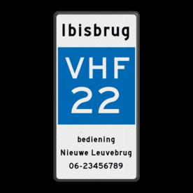 Scheepvaartbord Marifoonkanaal voor nautische informatie. Het teken geeft aan dat de vaarweggebruiker via het betreffende marifoonkanaal nautische informatie kan inwinnen bij een sluis of brugwachter of verkeerspost en dergelijke, zonder dat een uitluister- of meldplicht bestaat. Verplicht marifoongebruik wordt uitsluitend met B.11 aangegeven. Scheepvaartbord BPR E.23 + tekst - Marifoonkanaal voor nautische informatie + tekst E.23 + tekst VHF, scheepvaart, Ibisbrug, radio, E.23, aanwijzingstekens, aanwijzingsborden, waterweg, waterwegen, scheepvaarttekens, verkeerstekens,