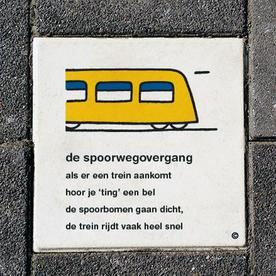 Dick Bruna Stoeptegel - de spoorwegovergang - 300x300mm tegel, lesbord, schoolpleintegel, schoolpleinbord, rookvrije generatie