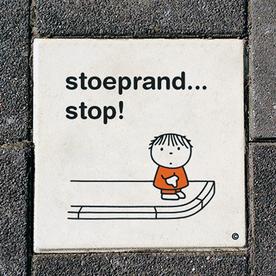 Dick Bruna Stoeptegel - stoeprand... stop - 300x300mm tegel, lesbord, schoolpleintegel, schoolpleinbord, rookvrije generatie