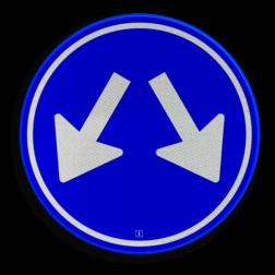Verkeersbord Gebod voor alle bestuurders het bord voorbij te gaan aan de zijden die de pijlen aangeven Verkeersbord RVV D03 - Gebod te passeren aan 2 zijden D03 twee pijlen, rond blauw bord, bord met pijlen, D3, rijrichting, passeren