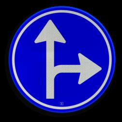 Verkeersbord Gebod tot het volgen van de rijrichting of één van de rijrichtingen die op het bord zijn aangegeven Verkeersbord RVV D06r - Verplichte rijrichting rechtdoor of rechtsaf D06r pijlbord rechts, twee pijlen, rond blauw bord, bord met pijlen, D6, D6r, verplichte rijrichting, volgen