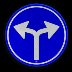 Verkeersbord Gebod tot het volgen van de rijrichting of één van de rijrichtingen die op het bord zijn aangegeven Verkeersbord RVV D07 - Verplichte rijrichting links of rechtsaf D07 twee pijlen, rond blauw bord, bord met pijlen, pijlenbord, D7, verplichte rijrichting, volgen