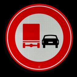 Verkeersbord Verbod voor vrachtauto's om motorvoertuigen in te halen. Verkeersbord RVV F03 - Vrachtverkeer - verboden in te halen F03 verbodsbord, verboden in te halen, vrachtwagen, auto, niet inhalen, F3, vrachtauto