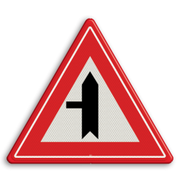 Verkeersbord Je nadert een voorrangskruispunt met een weg van links, je hebt voorrang Verkeersbord RVV B04 - Voorrangskruispunt weg van links B04 voorrangskruising, kruising, driehoekbord, pas op, let op, B4, voorrang, voorrang, kruispunt, Voorrangskruispunt