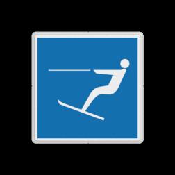 Scheepvaartbord Waterskiën toegestaan. In het algemeen is waterskiën op vaarwater verboden, tenzij het op een met teken E.17 gedeelte nadrukkelijk is toegestaan. Scheepvaartbord BPR E.17 - Waterskiën toegestaan E.17 motorboot, schip, pleziervaart, watersport, skiën, E17, water, aanwijzingstekens, aanwijzingsborden, waterweg, waterwegen, scheepvaarttekens, verkeerstekens,
