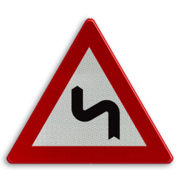 Verkeersbord A1c: Dubbele bocht of meer dan twee bochten, de eerste naar links. Verkeersbord België A1c - Dubbele bocht links A1c pas op, let op, gevaarlijke bocht, bochten, scherpe bocht, rechts, RVV J05