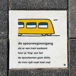 Dick Bruna Stoeptegel - de spoorwegovergang - 300x300mm tegel, schoolpleintegel, schoolpleinbord