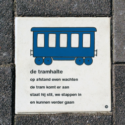 Dick Bruna Stoeptegel - de tramhalte - 300x300mm tegel, schoolpleintegel, schoolpleinbord