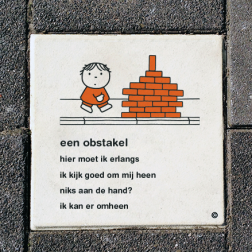 Dick Bruna Stoeptegel - een obstakel - 300x300mm tegel, schoolpleintegel, schoolpleinbord