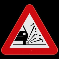 Verkeersbord A17: Dit gevaarsbord geeft aan dat er losliggende stenen kunnen opspringen of gekatapulteerd kunnen worden. De weggebruiker moet extra voorzichtig zijn en voldoende ruimte laten om schade bij andere weggebruikers te voorkomen. Verkeersbord SB250 A17 - Kiezelprojectie A17