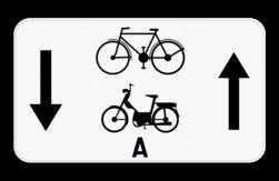 Verkeersbord M5: Dit onderbord geeft aan dat fietsers en bromfietsers klasse A een uitzondering hebben en in 2 richtingen op de weg mogen rijden. Verkeersbord SB250 M5 - Fietsers en bromfietsers Klasse A mogen in 2 richtingen M5