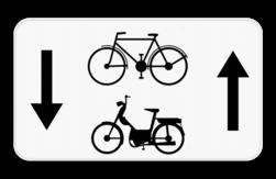 Verkeersbord M5bis: Dit onderbord geeft aan dat fietsers, bromfietsers klasse A, B en speed pedelecs een uitzondering hebben en in 2 richtingen op de weg mogen rijden. Verkeersbord SB250 M5bis - fietsers, bromfietsers klasse A, B en speed pedelecs mogen in 2 richtingen M5bis