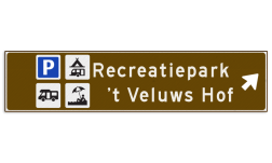 Verwijsbord toeristisch (bruin) - met 4 pictogrammen, 2 regels tekst en pijl ANWB, ANWB-bord, verwijsborden, Bewegwijzering, strokenbord, verwijsbord, wegwijsbord, bewegwijzeringsbord, verwijzingsbord