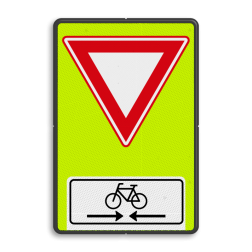 Verkeersbord U nadert een voorrangsweg, verleen voorrang aan de bestuurders op de kruisende weg Verkeersbord RVV B06OB503OB02f - Voorrangsweg - FLUOR met Kruising fietspad B06OB503OB02f