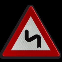 Verkeersbord A1c: Dubbele bocht of meer dan twee bochten, de eerste naar links. Verkeersbord België A01c - Dubbele bocht links A01c pas op, let op, gevaarlijke bocht, bochten, scherpe bocht, rechts, RVV J05