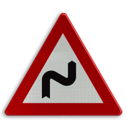Verkeersbord A1d: Dubbele bocht of meer dan twee bochten, de eerste naar rechts. Verkeersbord België A01d - Dubbele bocht rechts A01d pas op, let op, dubbele bocht, twee, zig-zag, zig zag, RVV J04