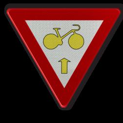 Verkeersbord B23: Fietsers mogen de in artikel 61 bedoelde driekleurige verkeerslichten voorbijrijden om rechtdoor te rijden, wanneer het verkeerslicht op rood of oranjegeel staat, op voorwaarde dat zij hierbij voorrang verlenen aan de andere weggebruikers die zich verplaatsen op de openbare weg of op de rijbaan vanaf het rode of oranjegele licht. Verkeersbord België B23 - Fietsers Art. 61 - rechtdoor B23 B07, Kruising, B6