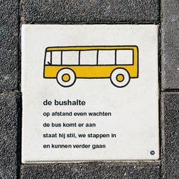 Dick Bruna Stoeptegel - bushalte - 300x300mm tegel, lesbord, schoolpleintegel, schoolpleinbord, rookvrije generatie
