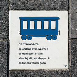 Dick Bruna Stoeptegel - de tramhalte - 300x300mm tegel, lesbord, schoolpleintegel, schoolpleinbord, rookvrije generatie
